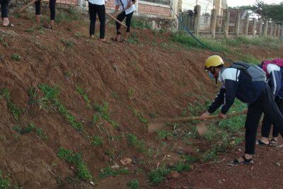 Học sinh trường THPT Đăk Glong tích cực lao động vệ sinh trường lớp.