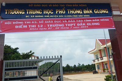 Học sinh Trường THPT Đắk Glong và trường PTDTNT THCS và THPT huyện Đắk Glong làm thủ tục dự thi tốt nghiệp THPT năm 2021..