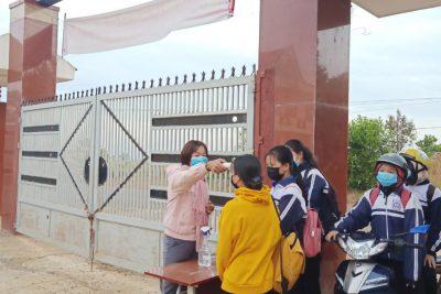 Trường THPT Đắk Glong đẩy mạnh công tác phòng chống dịch bệnh covid-19 trong tình hình mới.