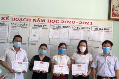 Hiệu trưởng trường THPT Đắk Glong tặng giấy khen và phần thưởng cho giáo viên có thành tích năm học 2020-2021.