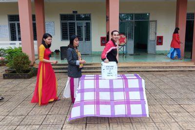 Trường THPT Đắk Glong quyên góp ủng hộ đồng bào miền Trung.