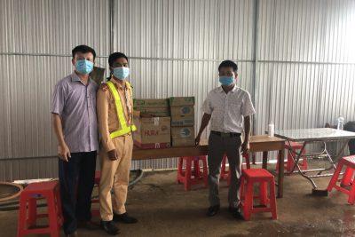 Công đoàn trường thăm, động viên và trao tặng quà  cho các chốt kiểm soát phòng, chống dịch  bệnh Covid- 19 trên địa bàn huyện Đắk Glong.